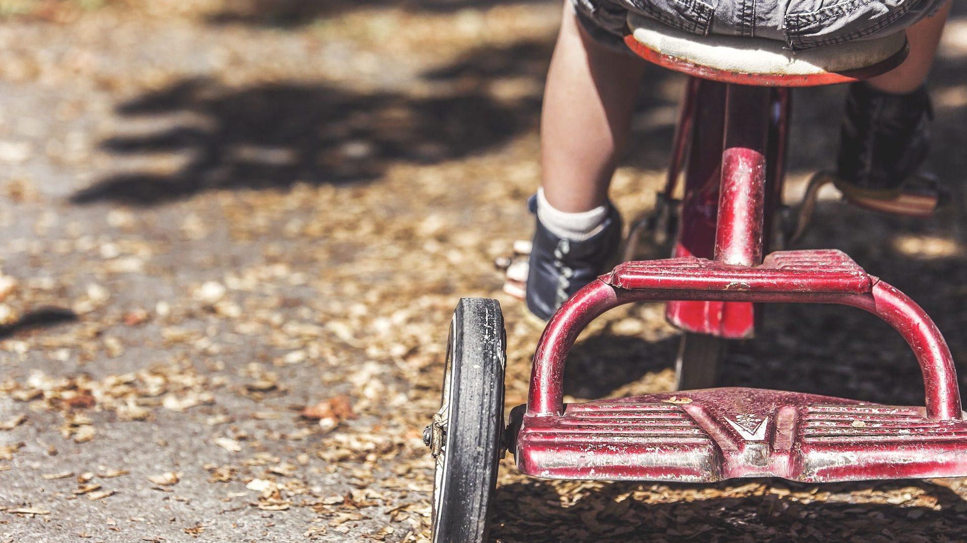 三輪車をこぐ子ども