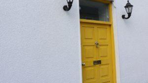 黄色いドアの玄関
