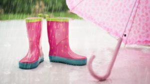 子どもの長靴と傘