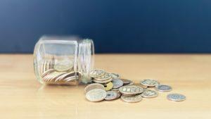 ビンが倒れてこぼれた小銭