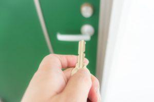 玄関のドアに鍵をかける