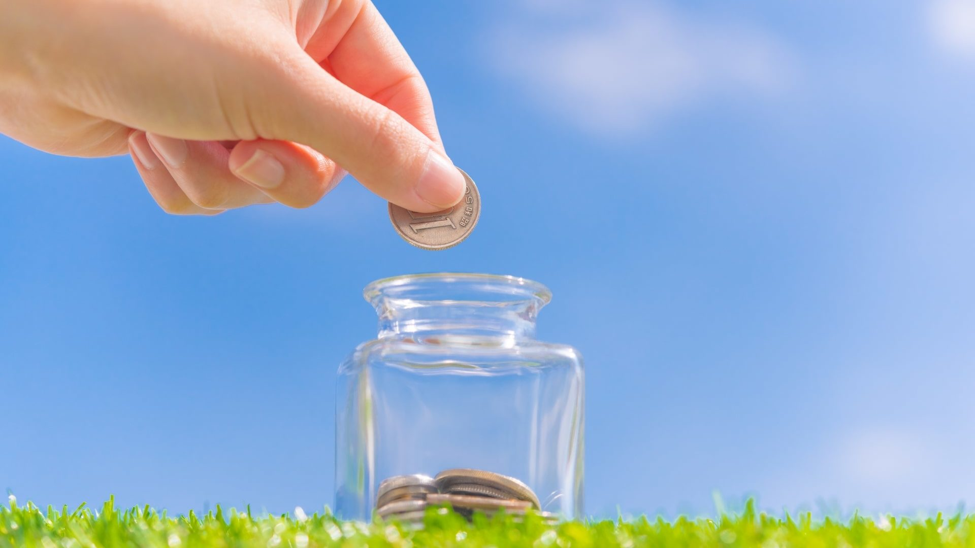 ガラス瓶にコインを入れる