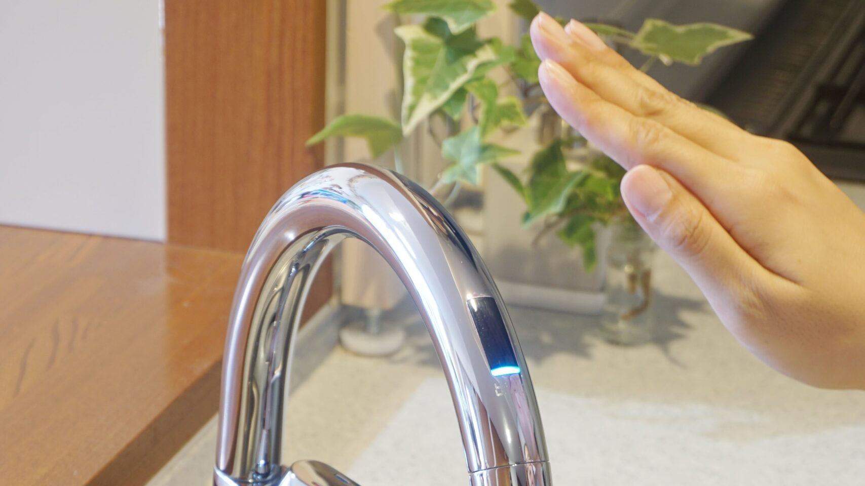 タッチレス水栓にてをかざす