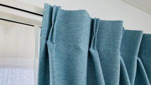 ブルーのドレープカーテン