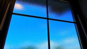青空が透けるすりガラス