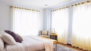 白いカーテンの寝室