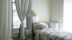 寝室にかけた白いカーテン