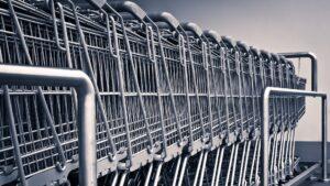 大量に並ぶショッピングカート