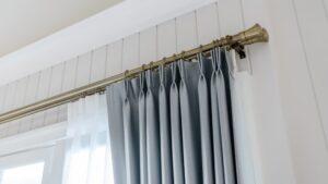 スタイリッシュなカーテンがかかったカーテンレール