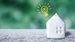 家の模型と電球マーク