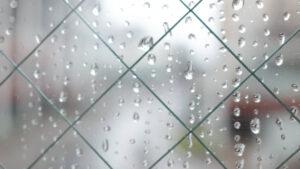 雨の水滴がついている窓
