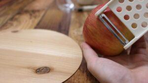 木のテーブルとりんご