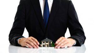 ビジネスマンと家の模型