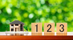 家の模型、123と書かれた積み木