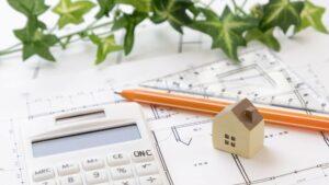 電卓、家の模型と設計図