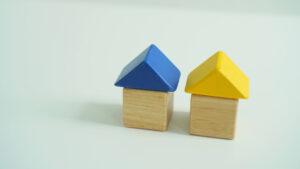 2つの並んでいる家の模型