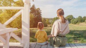 庭を見る親子