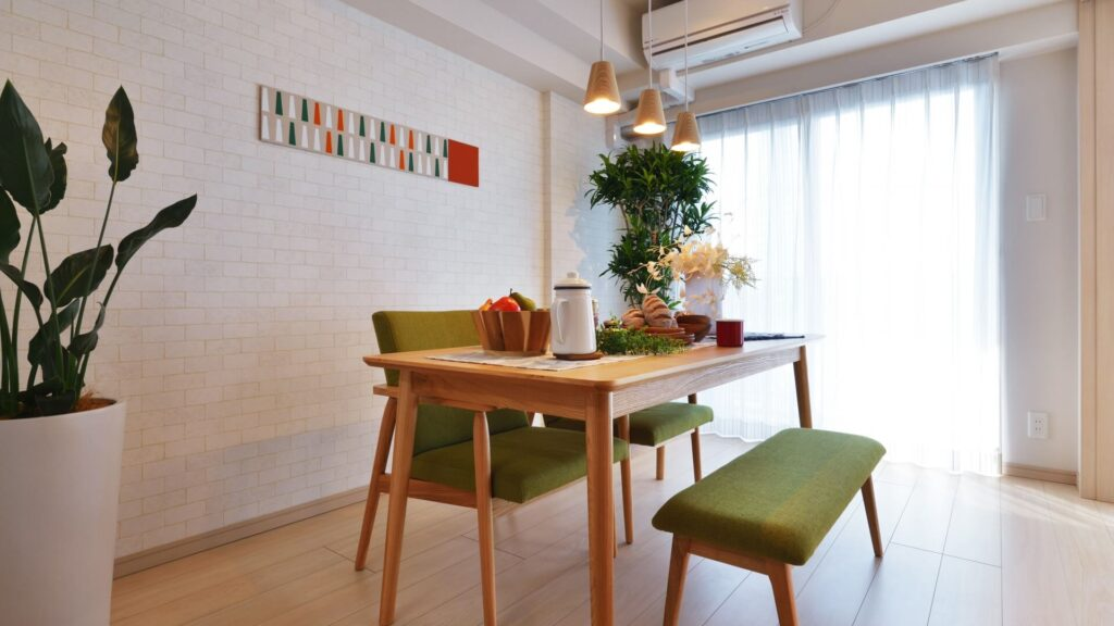 テーブルと椅子のあるリビング