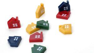 倒れている家の模型