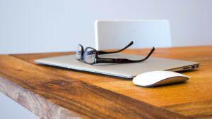 デスクと眼鏡とラップトップ